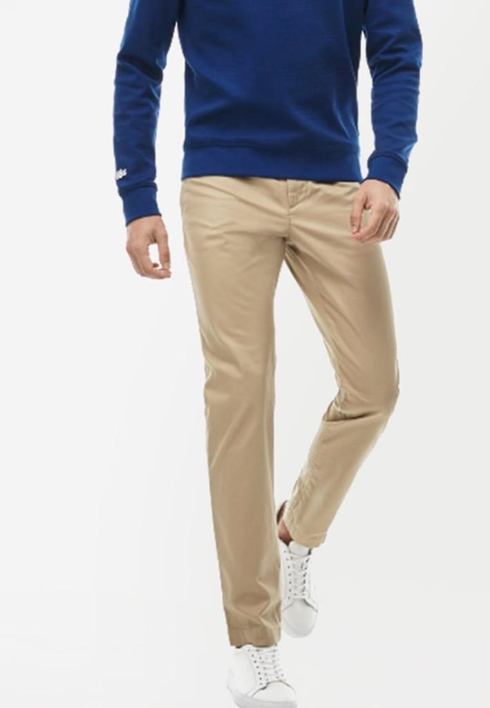 Pantalon chino beige Lacoste pour un look B.C.B.G. au top